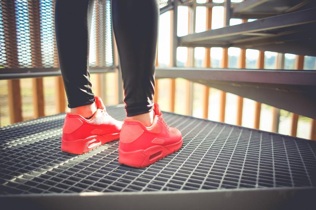 Tüdruk jooksu jalanõudes